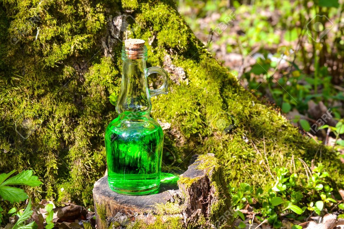 Eine Flasche Mit Einer Grünen Magischen Flüssigkeit Auf Einem ...