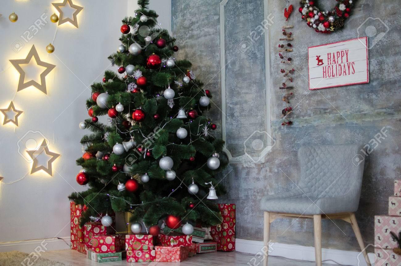 Arbol de navidad gris y rojo