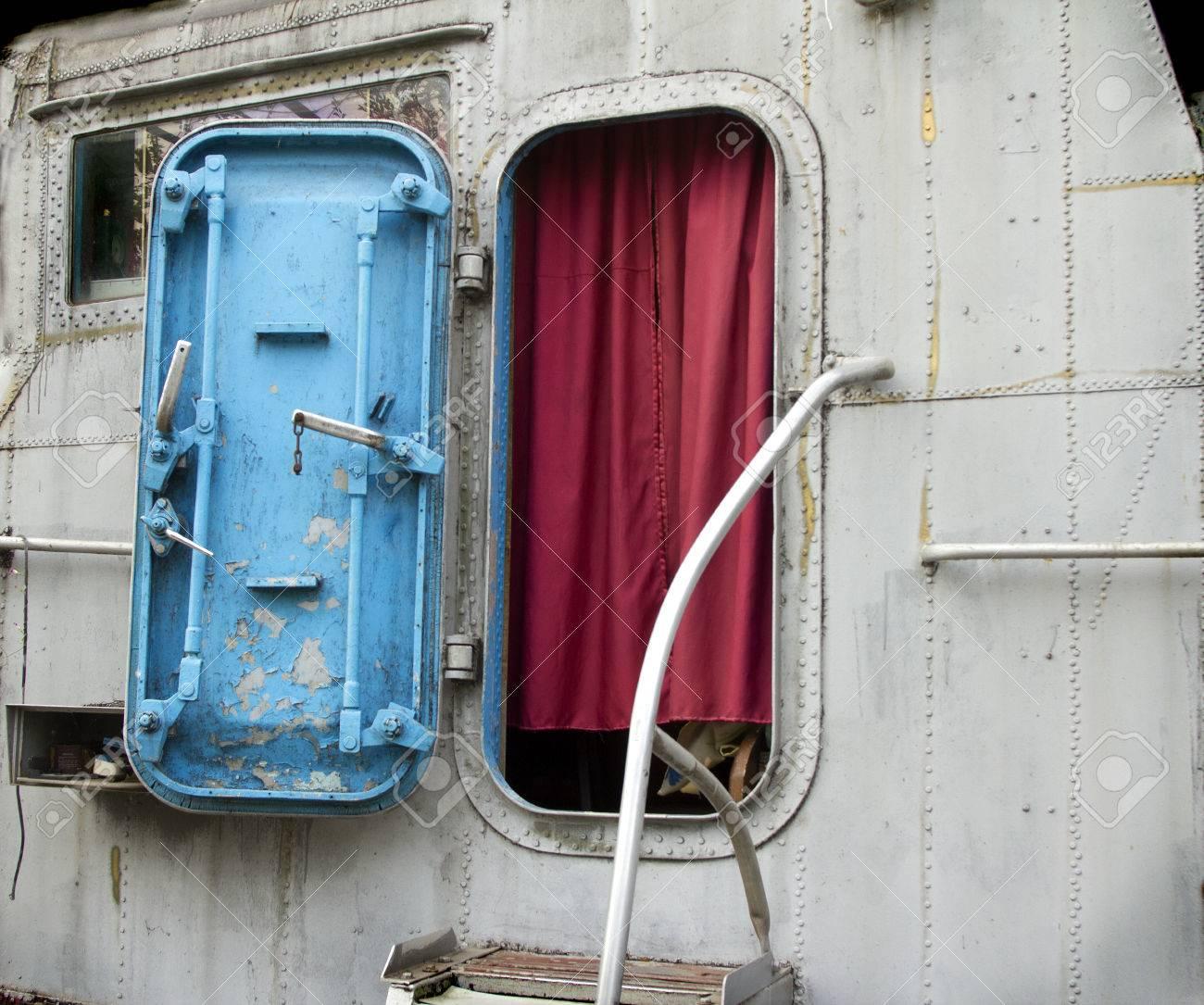 Porte Bleue Avec Rideau Rouge à La Timonerie De L\'ancien Bateau ...