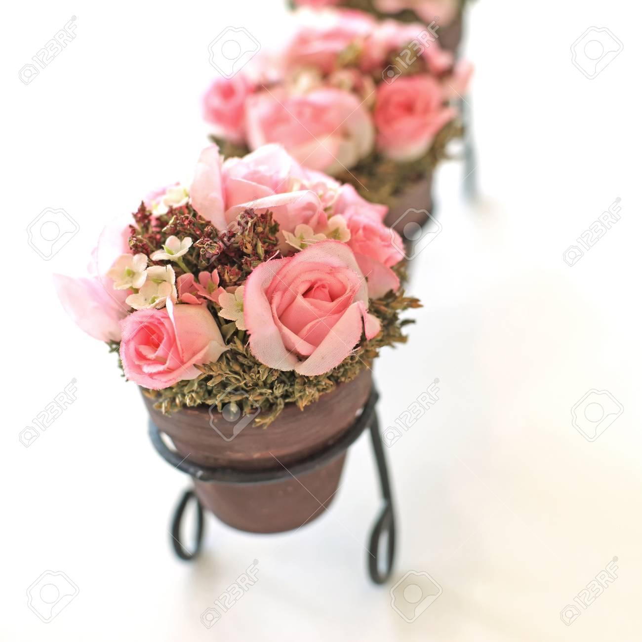 Fleur Artificielle Rose Rose En Pot De Fleurs Isole Sur Fond Blanc
