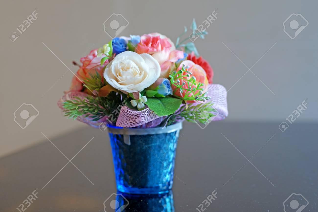 Colore De Rose Fleur Artificielle En Pot De Fleurs Banque D Images