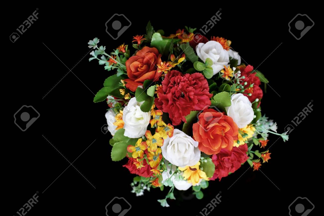 Fleur Artificielle Coloree En Pot De Fleurs Isole Fond Noir Banque D