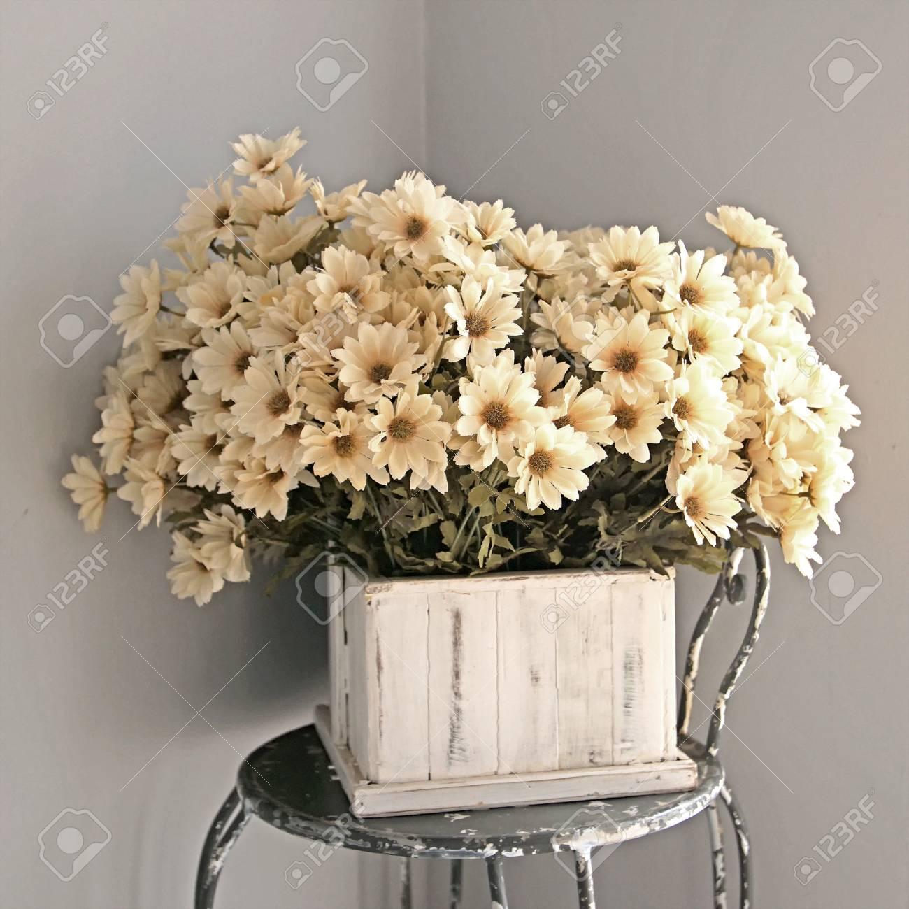 Fleur Artificielle Coloree En Pot De Fleurs Sur La Chaise Banque D