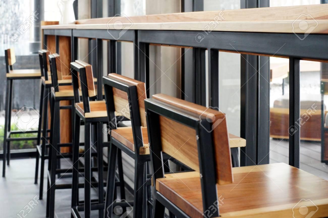 Sgabello davanti alla barra del banco presso il negozio di caffè