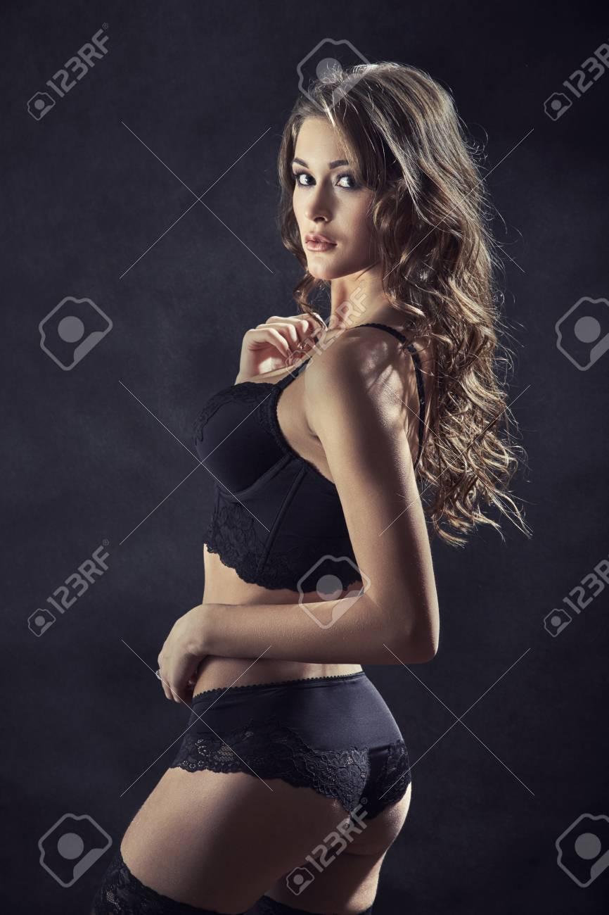 82bec936dd21 Mujer bonita en lencería negra y medias, imagen tonificada