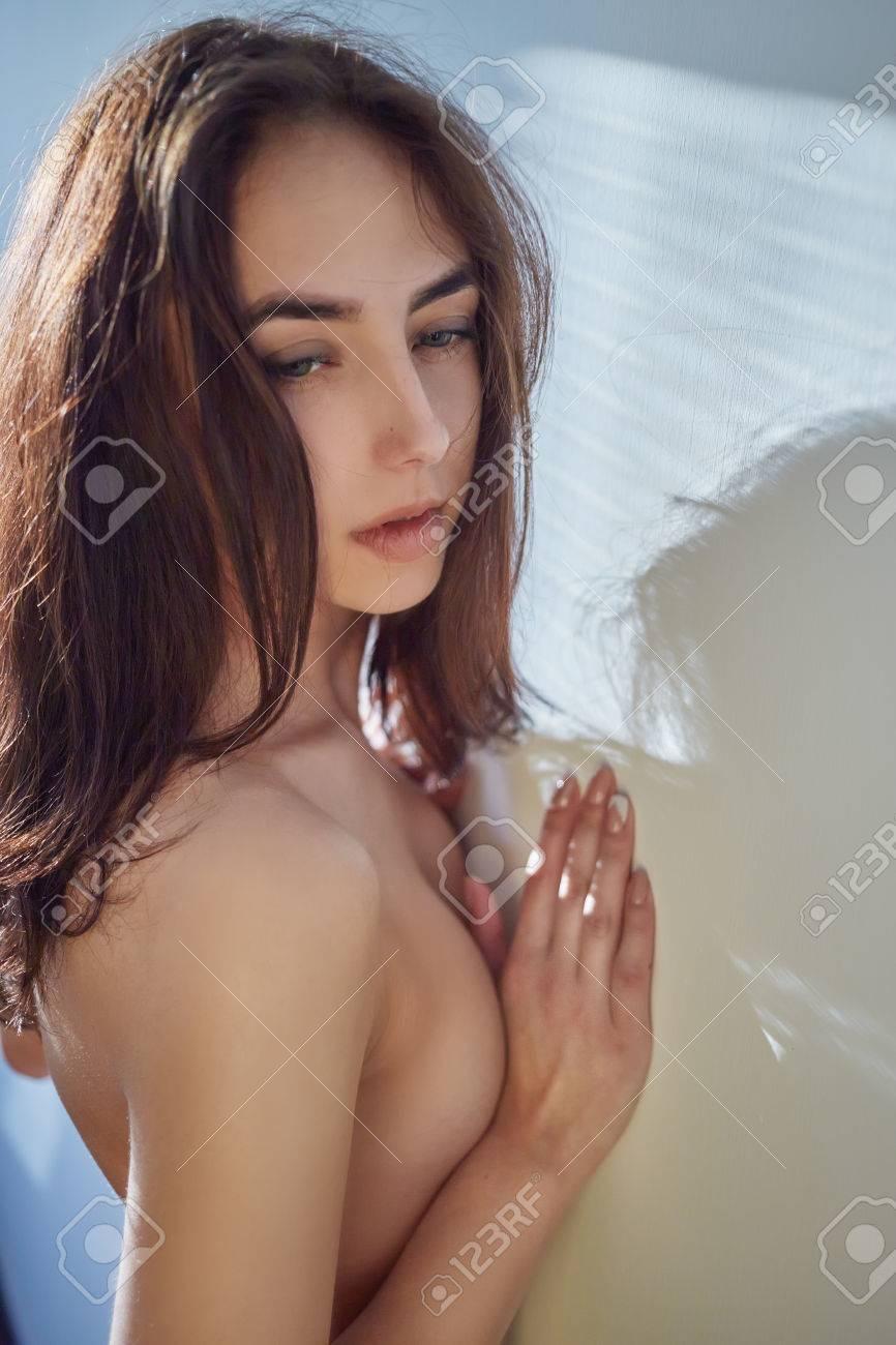 Triste Niña Desnuda Cerca De La Pared Blanca