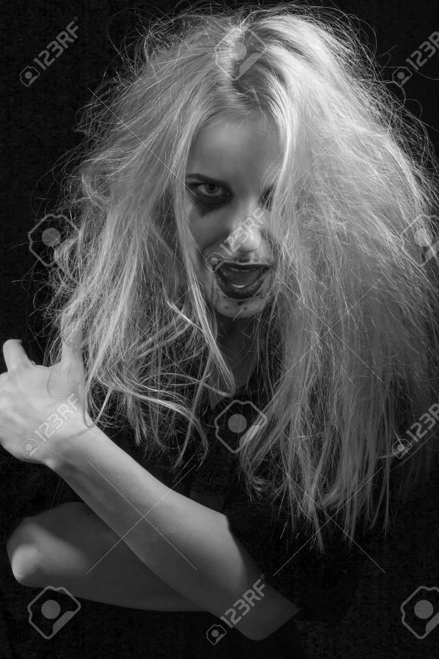 暗い モノクロで狂った女を叫んで怒っている楽しい の写真素材 画像