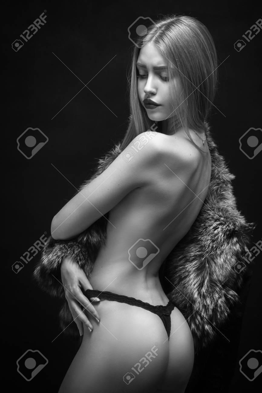 Sich zeigen nackte mädchen Nackte Mädchen