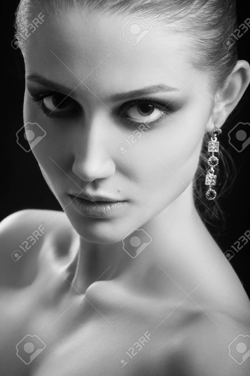 黒の背景白黒プロのメイクで幸せ高級女性モデル の写真素材 画像素材