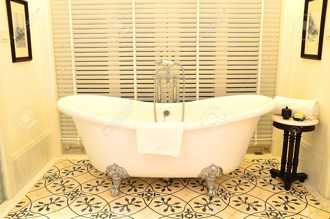Schöne Retro Badewanne In Einem Hotelzimmer Lizenzfreie Fotos