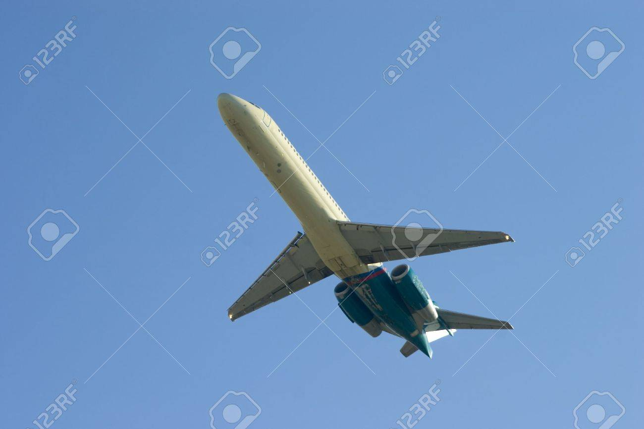 Airliner departing on a clear sky day Stock Photo - 620544