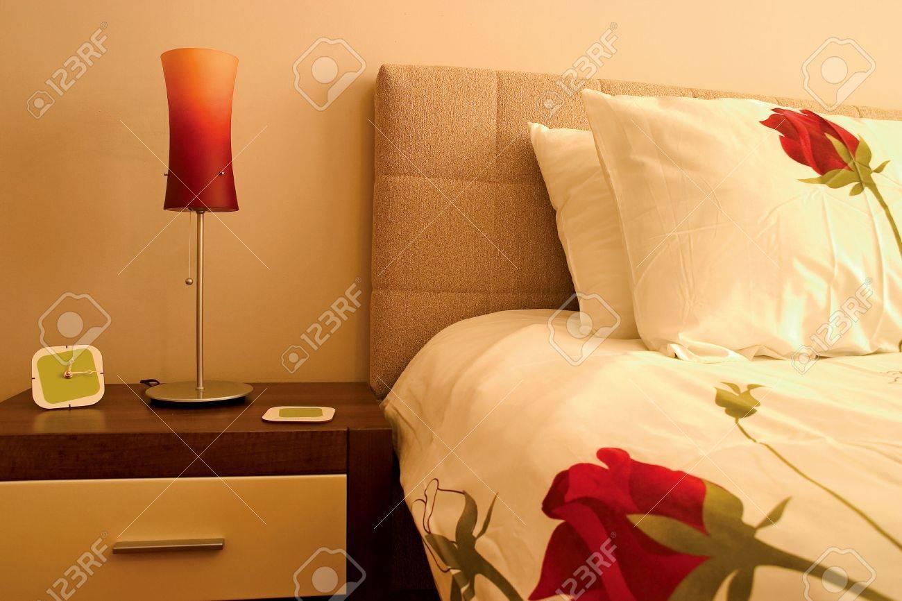 Gros plan de chambre avec des oreillers et des draps roses et de ...