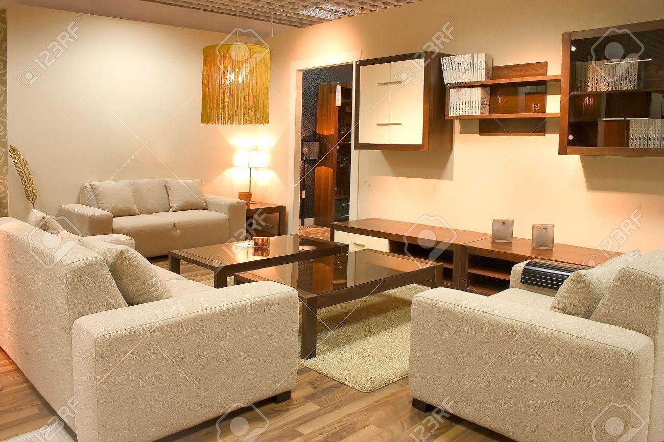 Interieur Chaleureux Du Salon Confortable Avec Canapes Blancs Et Des Tableaux