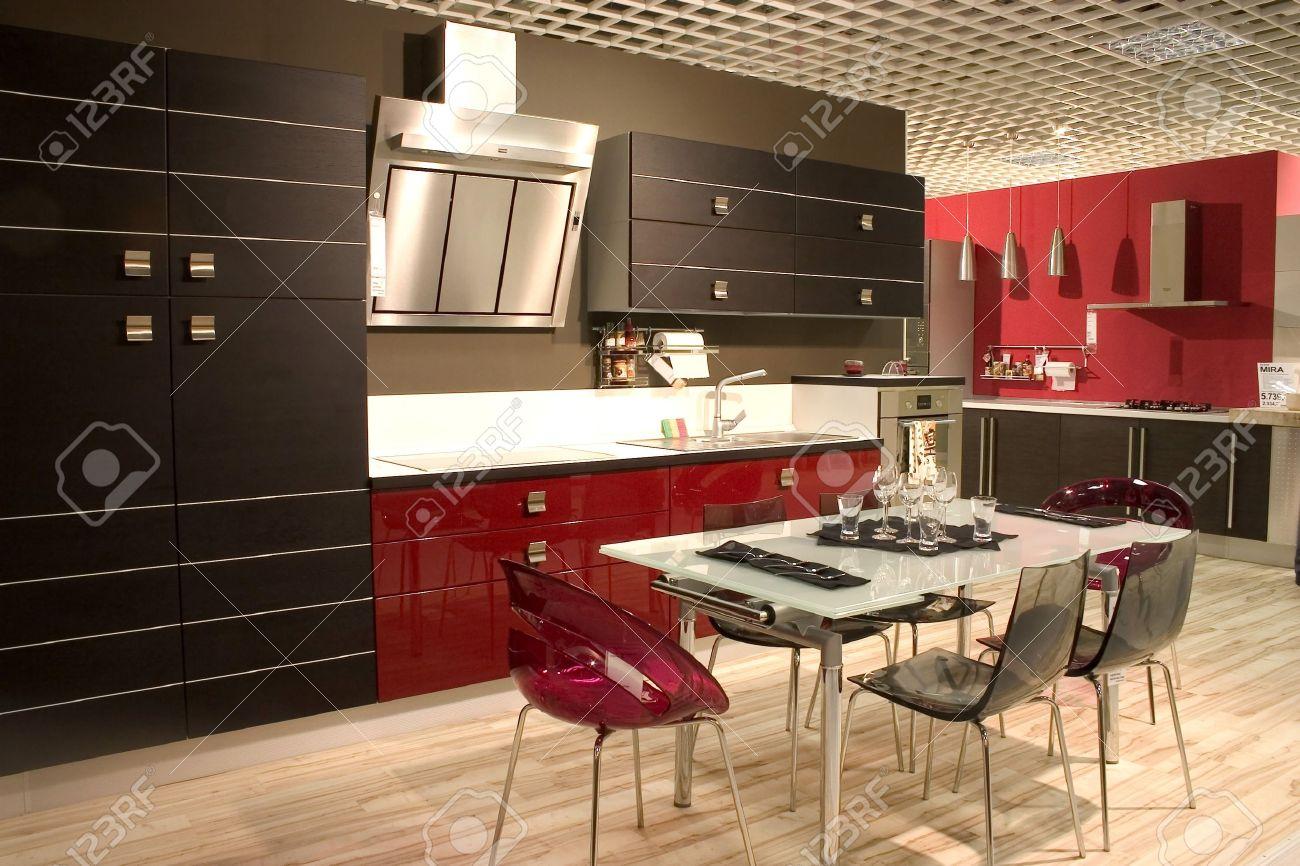 Moderna cucina e sala da pranzo con mobili in stile. tavolo da ...