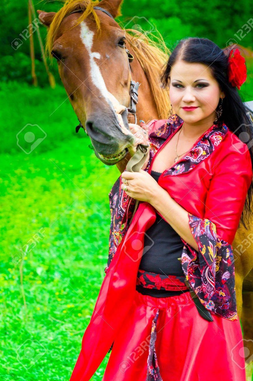 フィールドには馬と美しいジプシ...