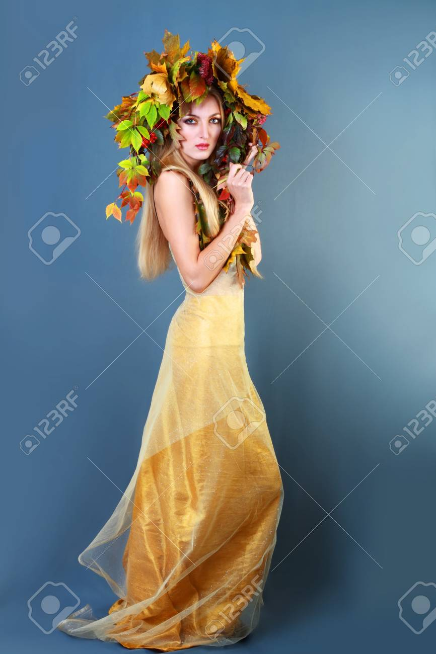 Mujer Otoño Maquillaje De Oro Hermoso Vestido Azul Marino De Fondo Gris