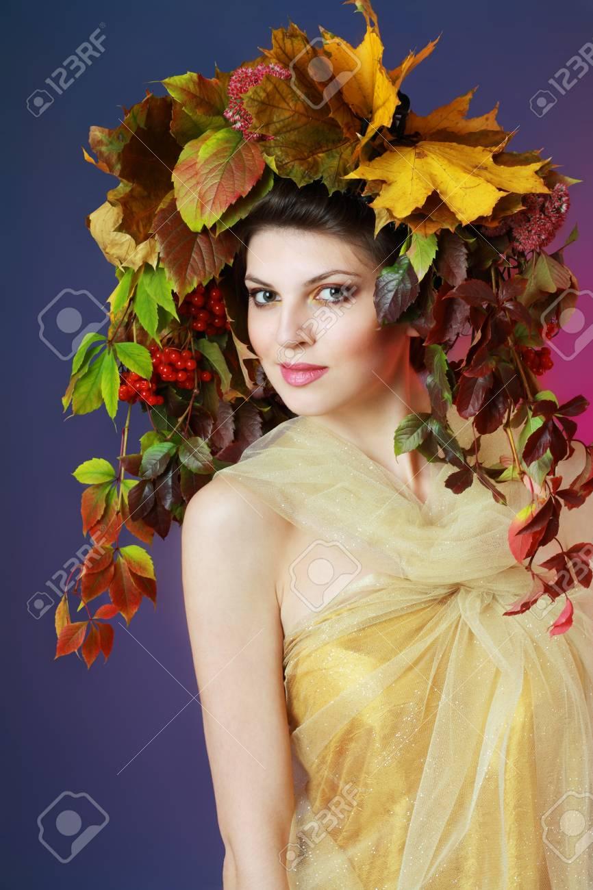 Mujer Otoño Maquillaje De Oro Hermoso Vestido Azul Oscuro Y Morado Color De Fondo