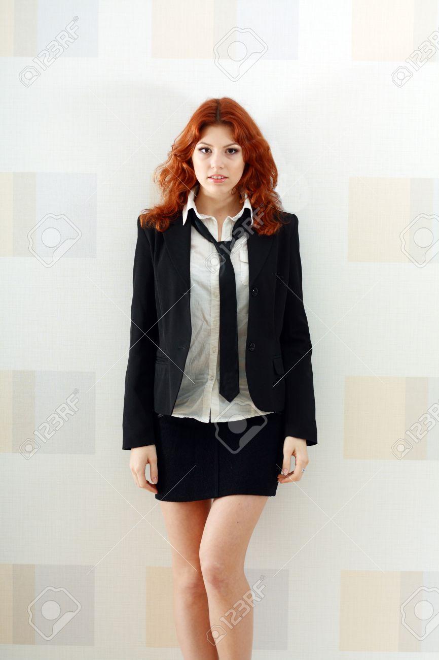 Femme En Cravate femme jeune et mignon dans la robe formelle comme une secrétaire
