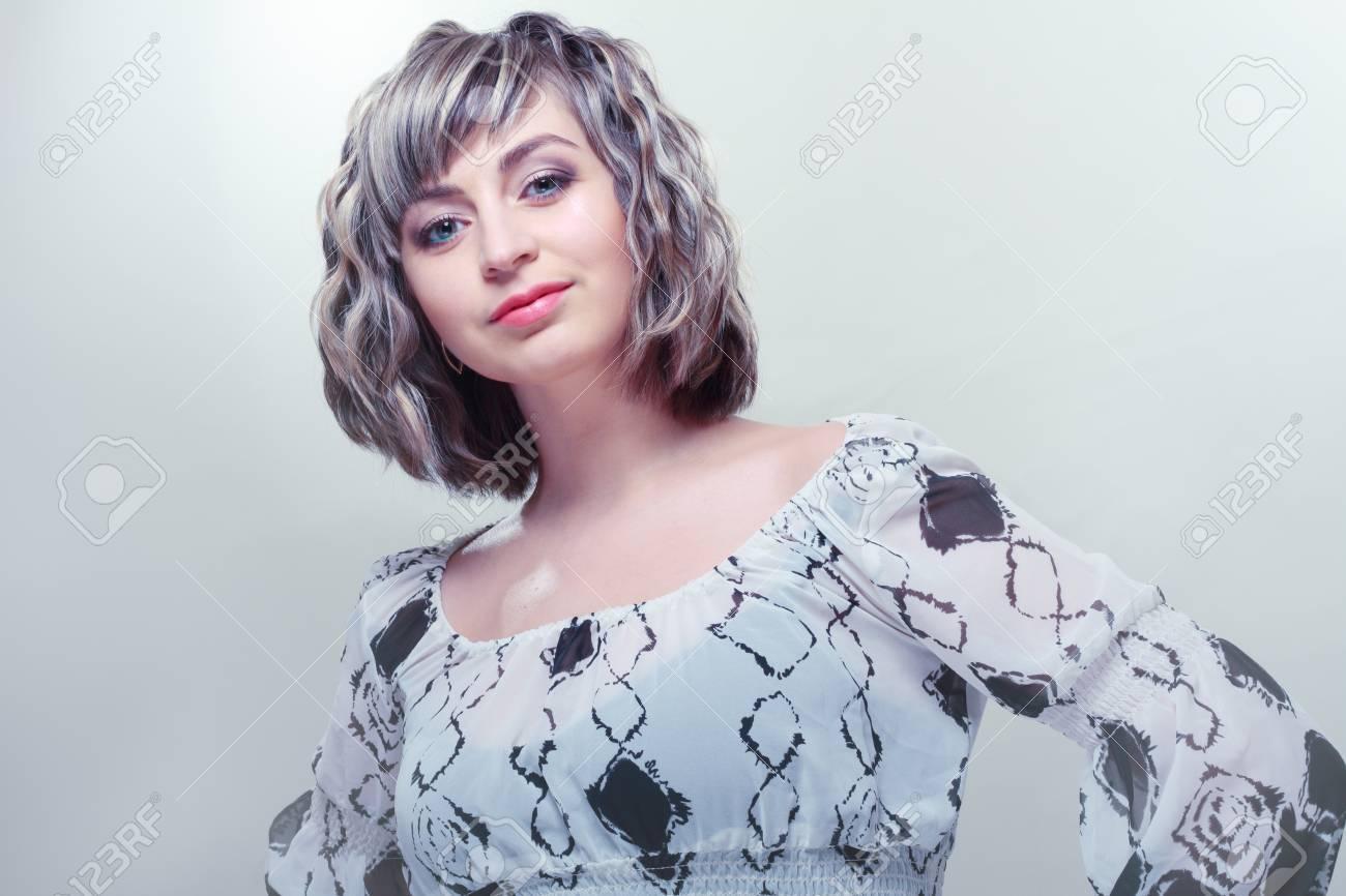 Schone Frau Mit Kurzen Haaren Stil Silber Blauton Lizenzfreie Fotos
