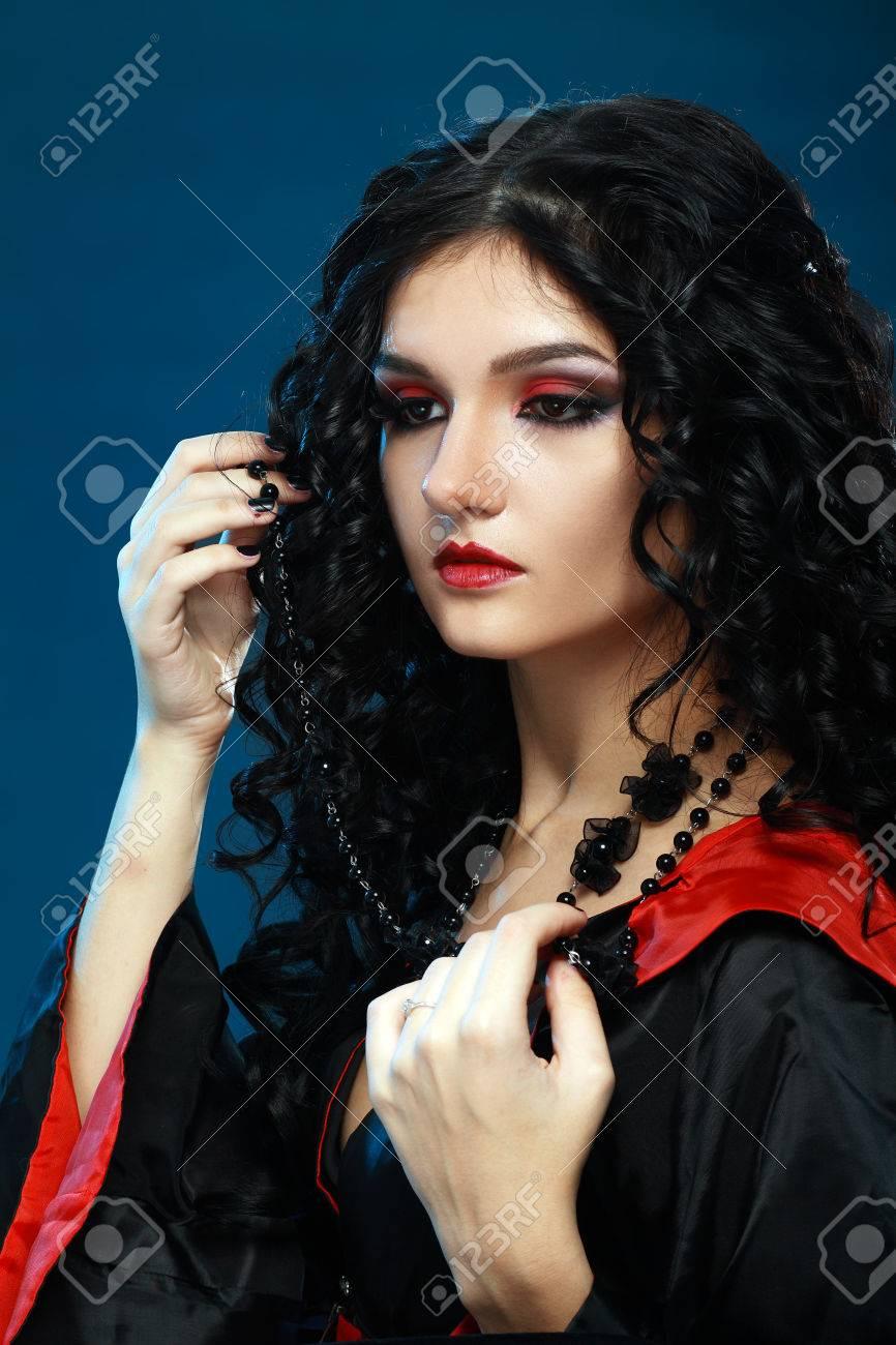 hermosa modelo adolescente con la noche estilo vampiro con perfecto maquillaje foto de archivo