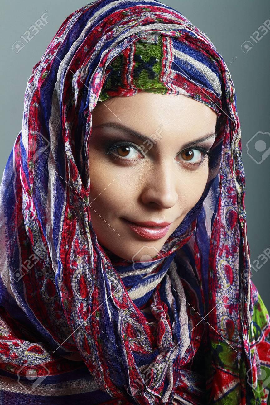 taille 40 vêtements de sport de performance meilleur fournisseur Belle femme arabe portant le foulard de tête