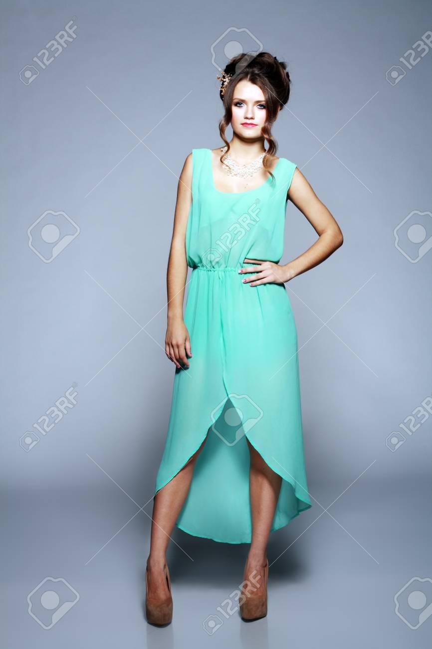 nouveau produit 3d113 70cc1 Belle jeune modèle sexy de la mode de porter la robe blanche cocktail sur  fond bleu