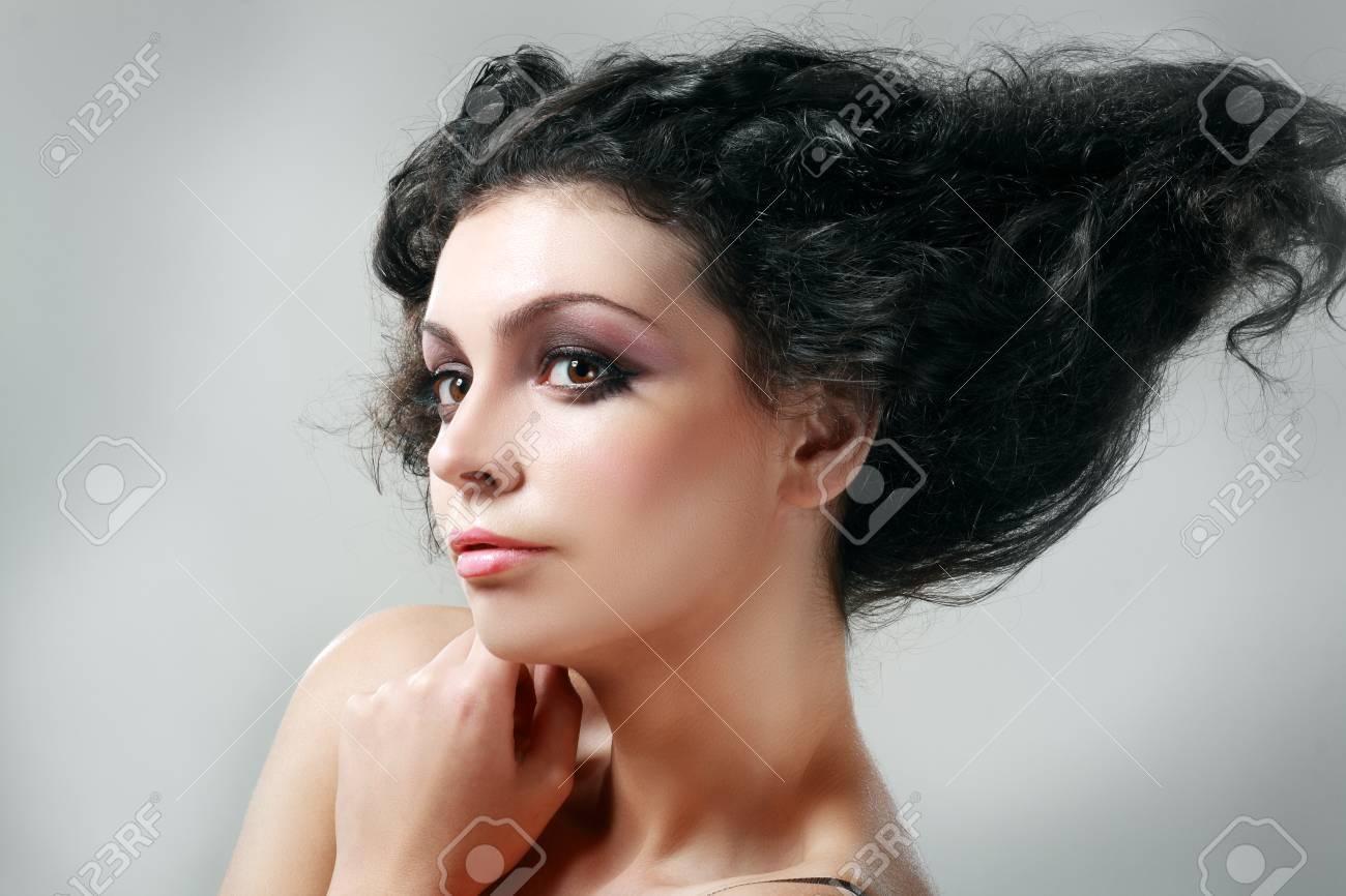 High Fashion Girl Model Avec Updo Coiffure Femme De Beaute Avec Un