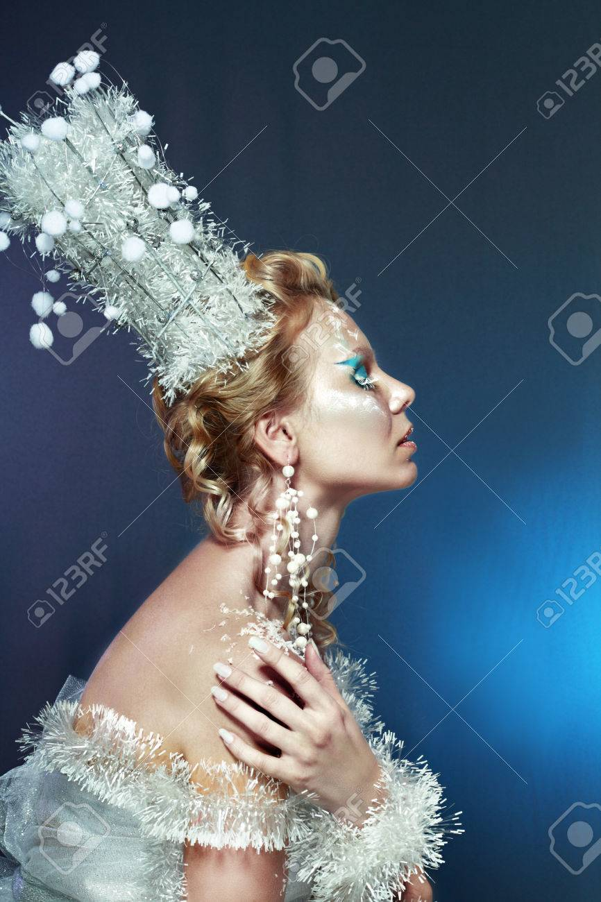 Reine Des Neiges Jeune Femme Dhiver En Image Créative Avec Le Bleu