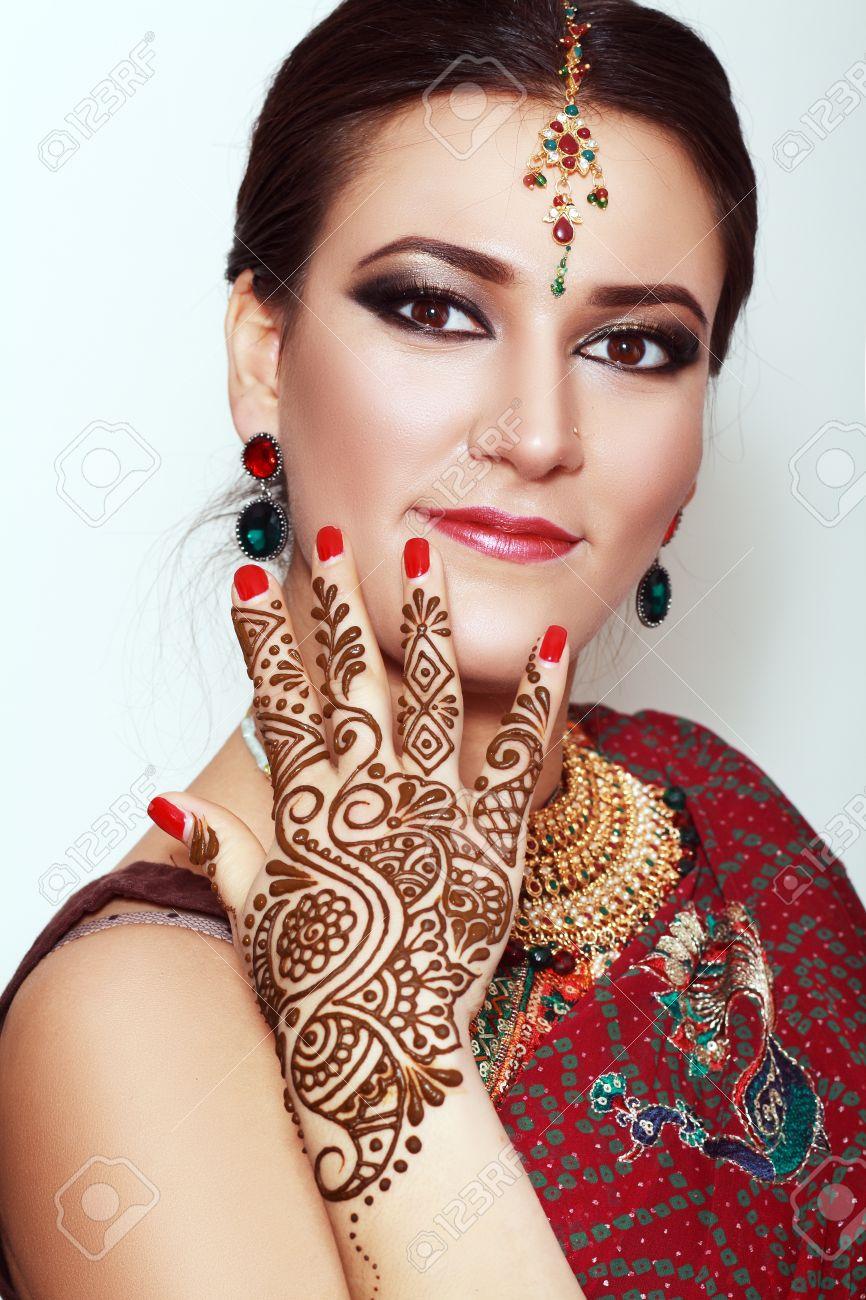 Extrem Portrait Indien De Femme. Fille Indienne Avec Des Bijoux Oriental  HR37