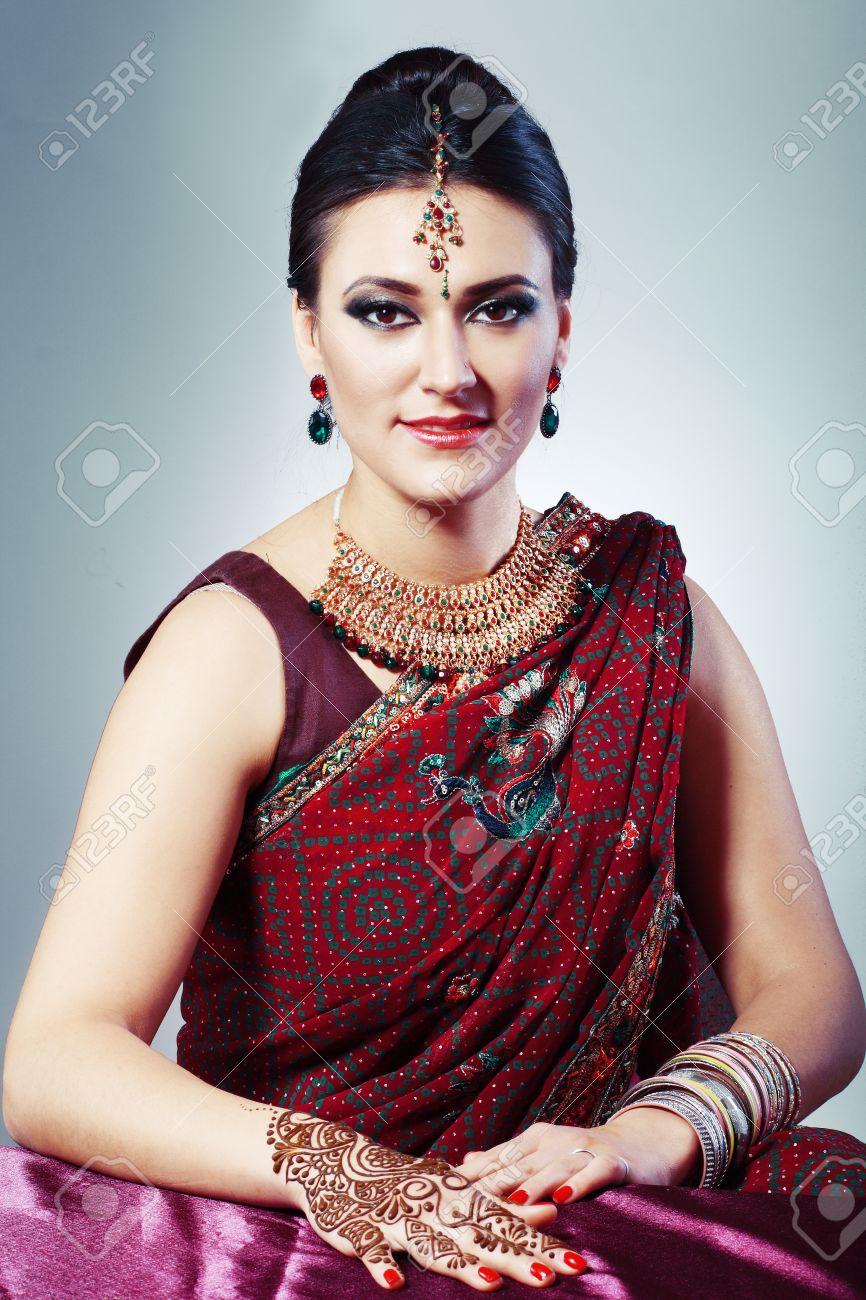 d0e34fee046d Archivio Fotografico - Donna indiana con fresca tatoo applyied henné  mehendi nei tradizionali abiti indiani