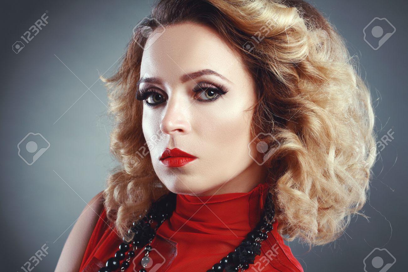 Schöne Frau Mit Abend Make Up Retro Stil Mode Foto 80er Jahre