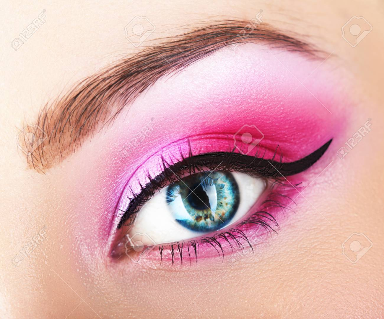 Ojos Magicos Ves Hermosa Con Maquillaje De Color Rosa Brillante Macro Fotos Retratos Imagenes Y Fotografia De Archivo Libres De Derecho Image 65893677