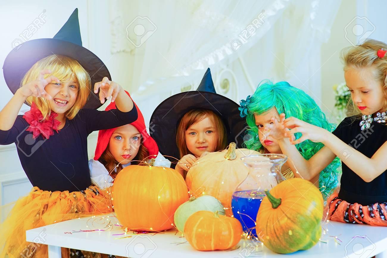 Gluckliche Gruppe Kinder In Kostume Fur Halloween Vorbereiten Um