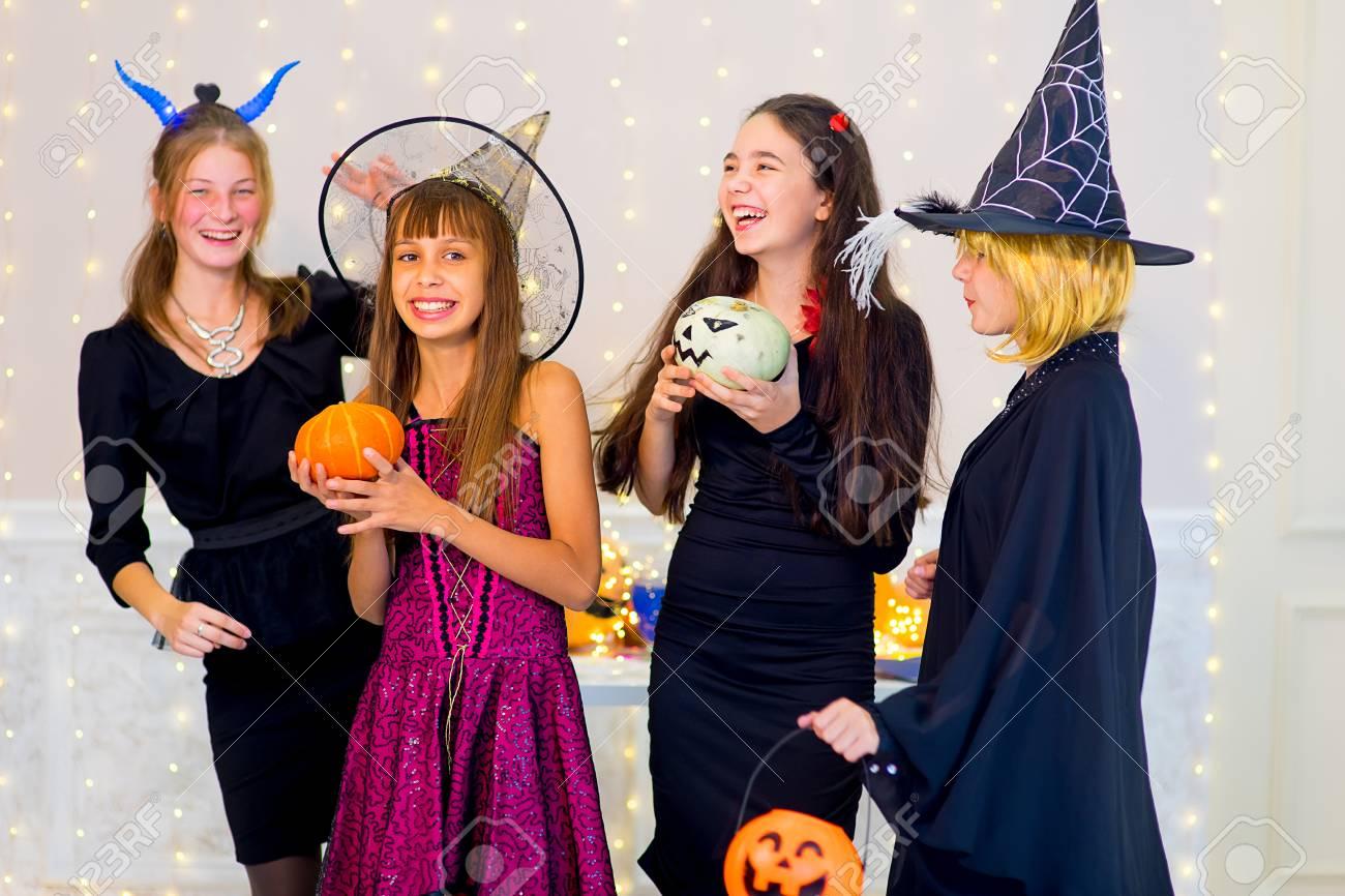 Glucklich Gruppe Von Teenagern Tanzen In Halloween Kostumen Wahrend