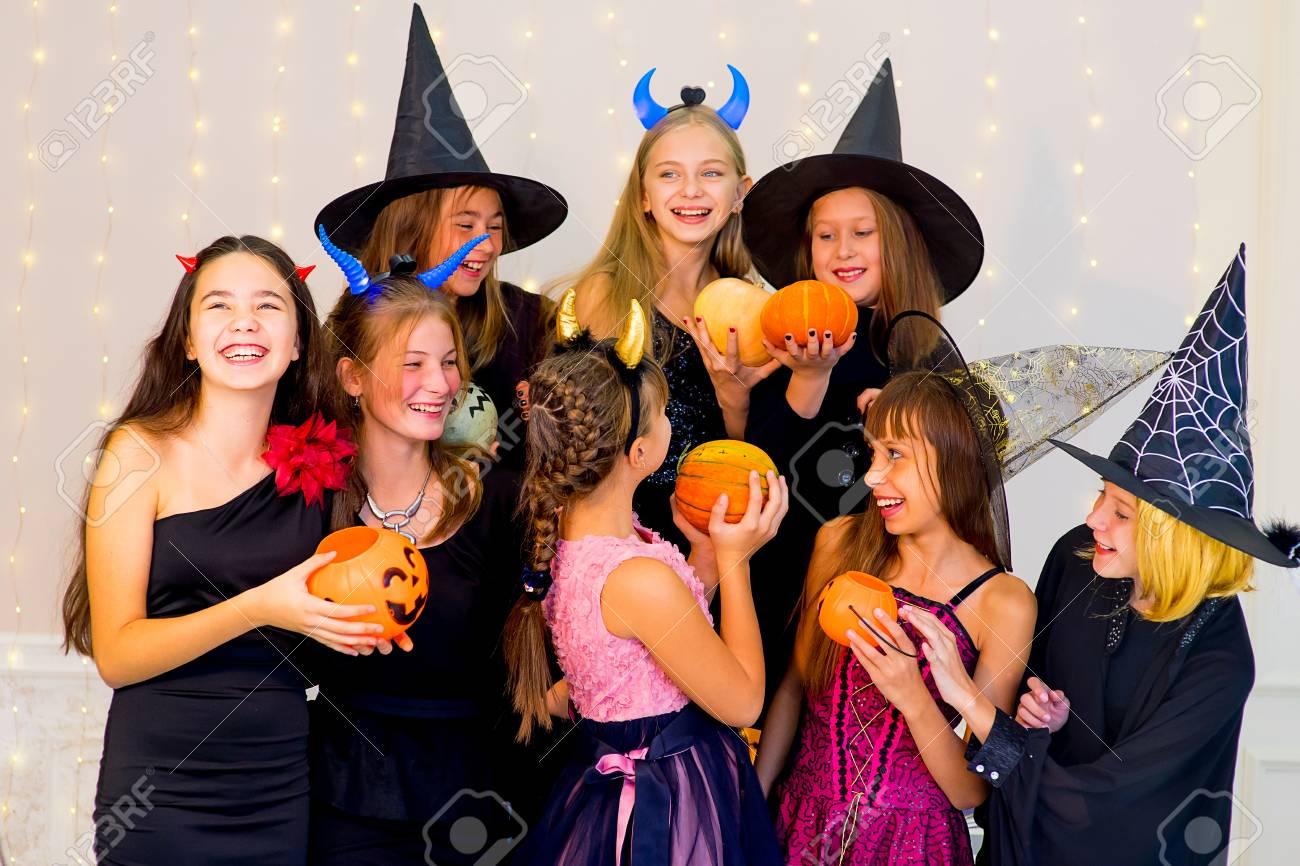 Gluckliche Gruppe Jugendlichen In Halloween Kostumen Die Auf Kamera