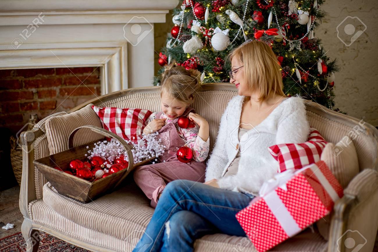Mädchen Und Großmutter Mit Weihnachtsgeschenken Nahe Dem ...