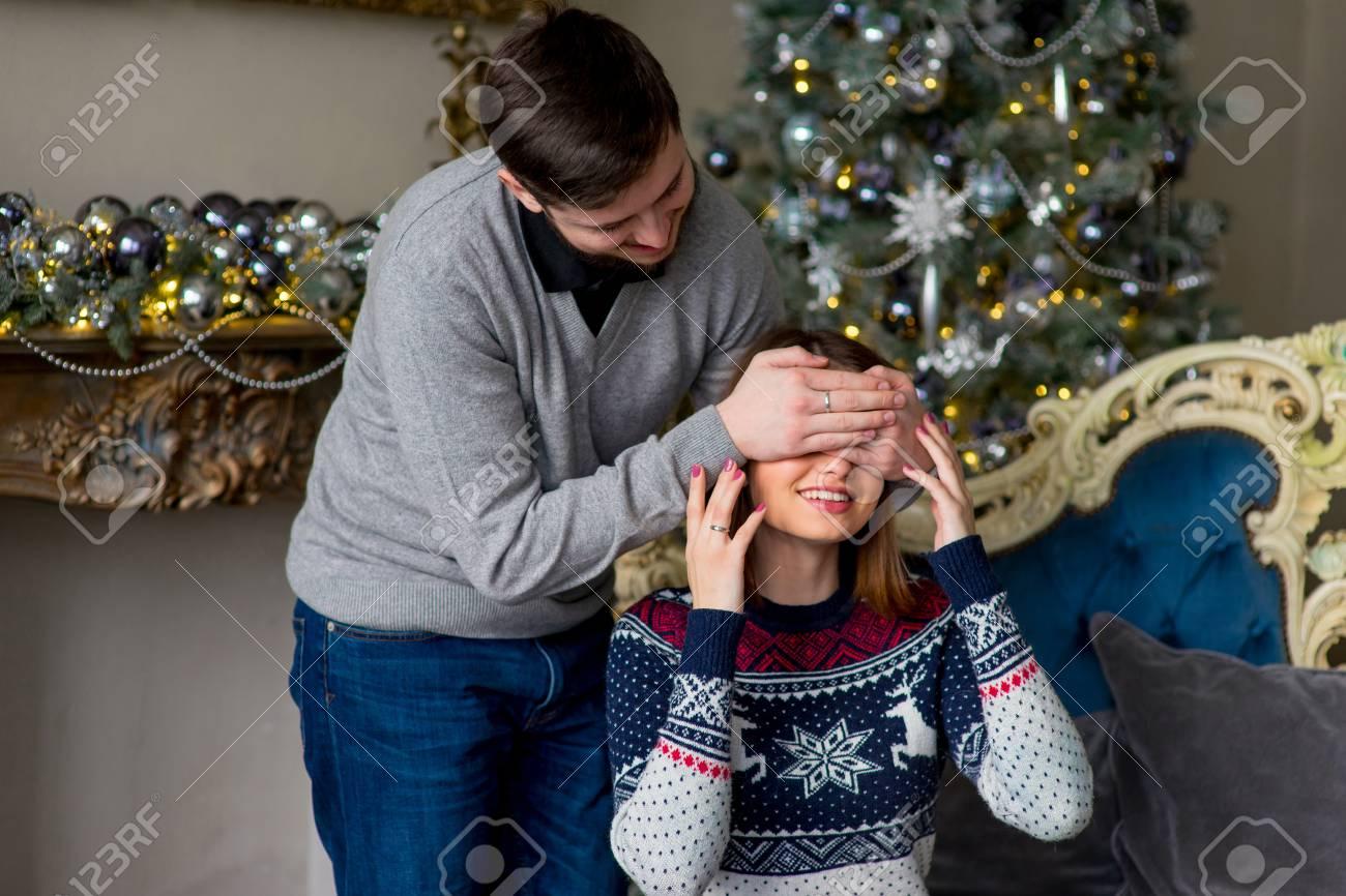Man Macht Der Frau Zu Weihnachten Eine überraschung Indem Sie Ihre
