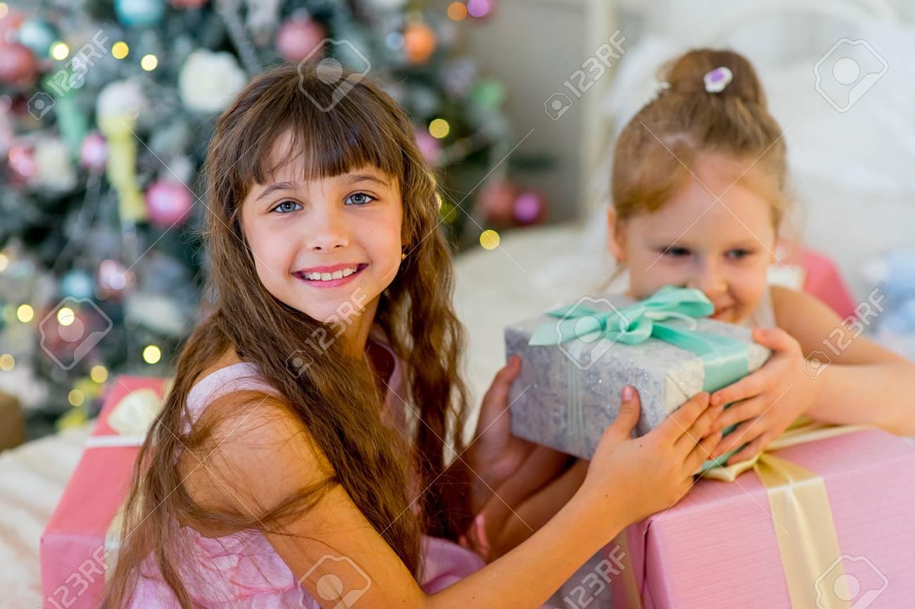 Zwei Junge Mädchen Geben Einander Geschenke In Den Kleidern Auf Dem ...