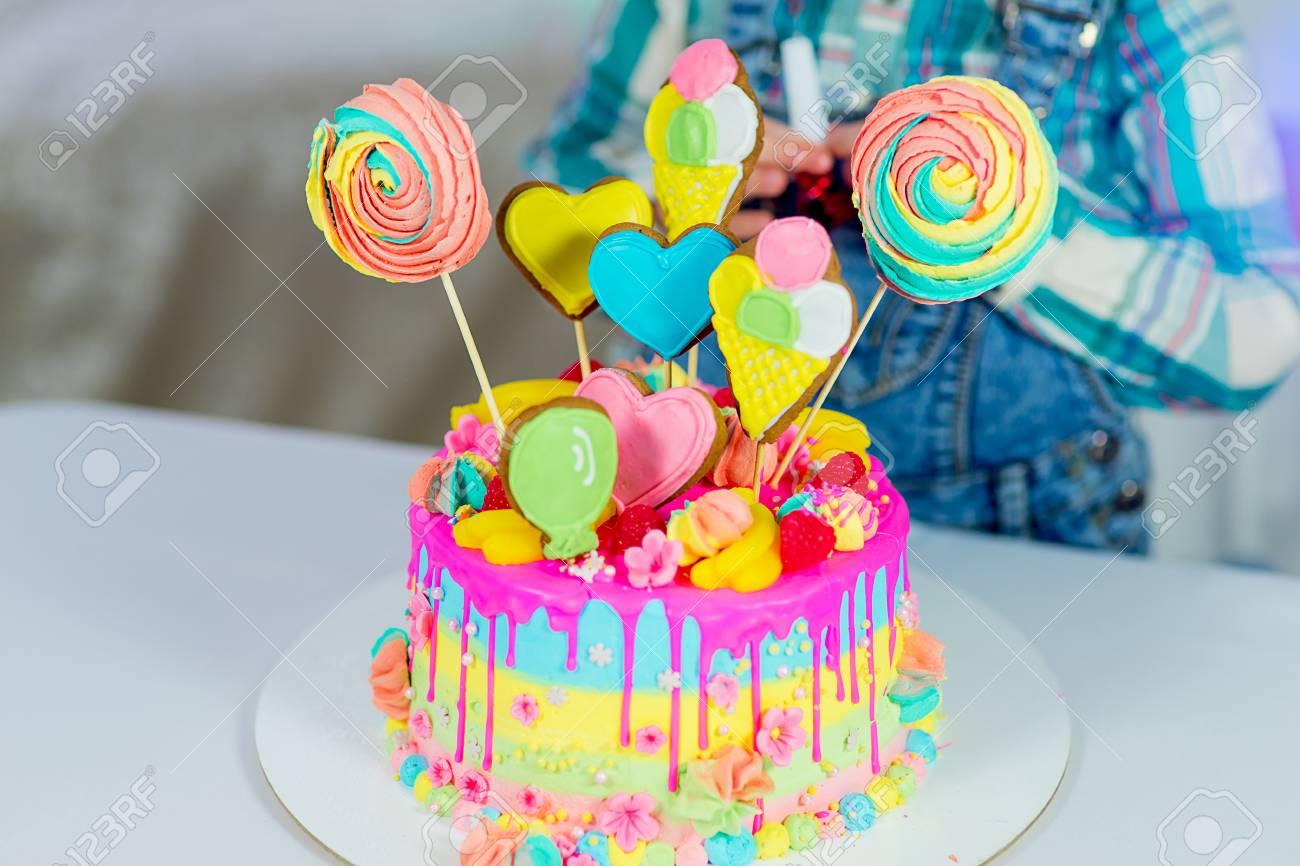 Kleines Madchen Feiert Geburtstag Mit Kuchen Lizenzfreie Fotos