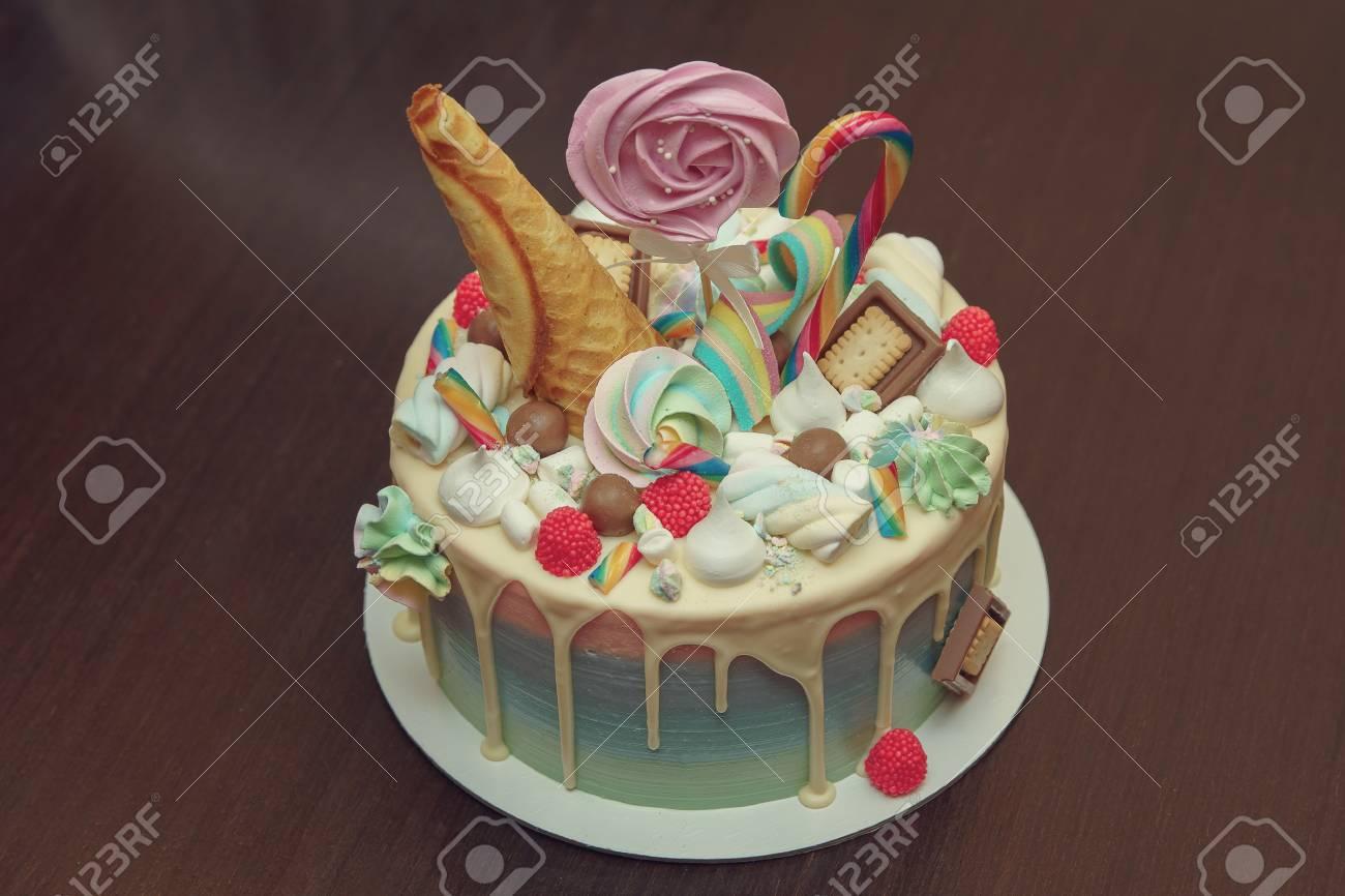 Pastel De Cumpleaños Con Decoración Para El Cumpleaños De Los Niños En La Mesa