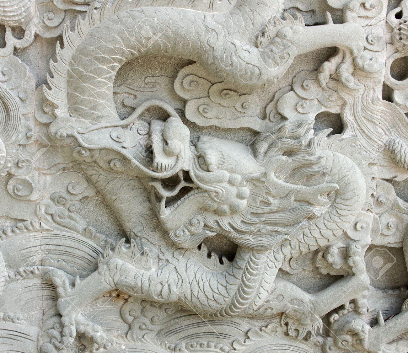 arte esculpido en la pared de piedra en el templo chino china foto de archivo