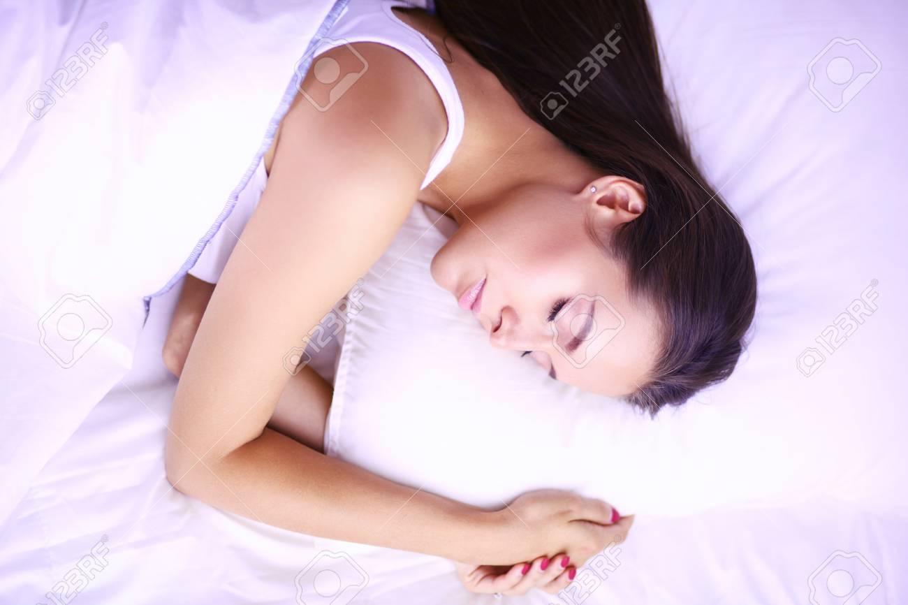 Junge Schone Frau Im Bett Liegen Lizenzfreie Fotos Bilder Und