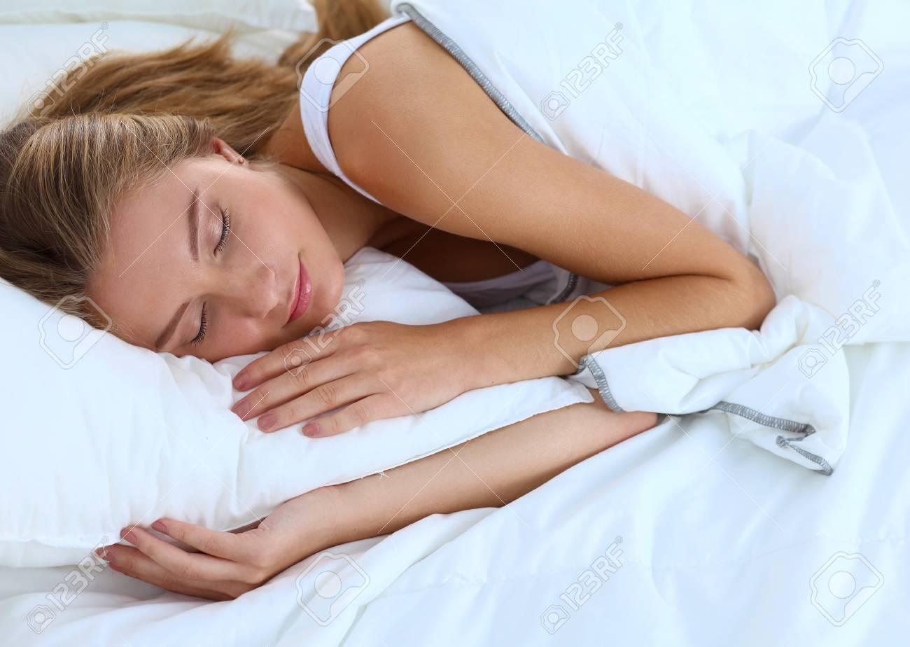 Mooi meisje slaapt in de slaapkamer royalty vrije foto plaatjes