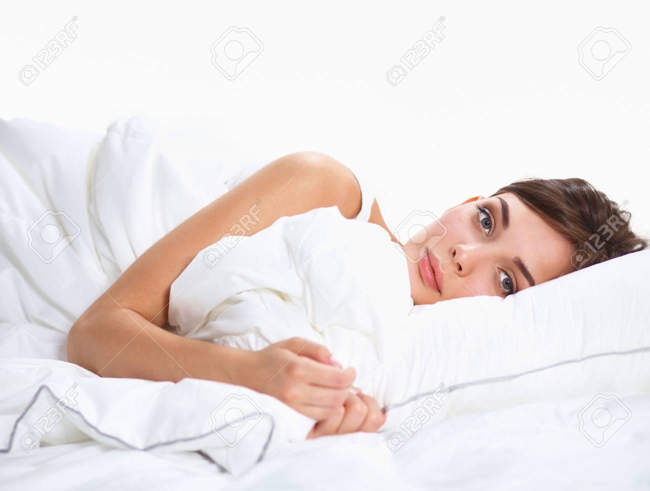 Mooi meisje slaapt in de slaapkamer liggend op bed royalty vrije