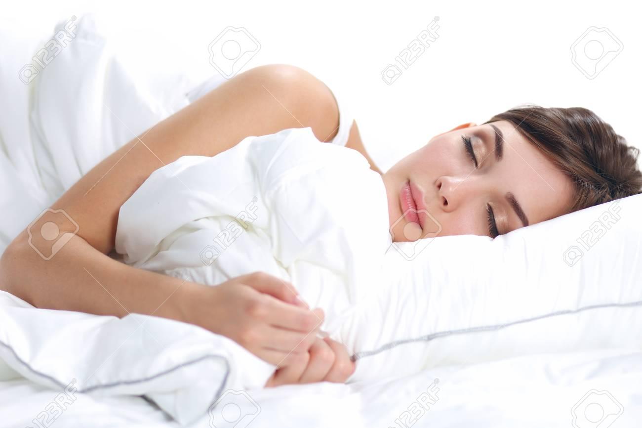 Mooi meisje slaapt in de slaapkamer liggend op bed geïsoleerd