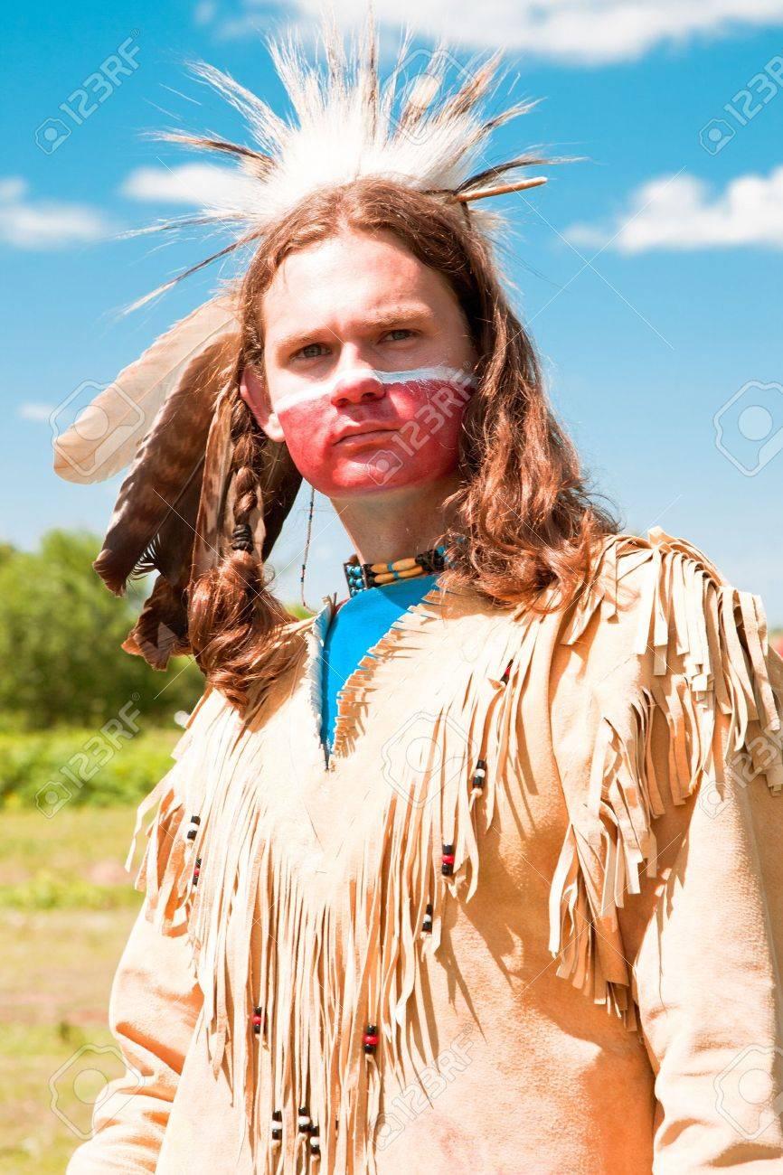Foto de archivo - Los indios norteamericanos en traje de gala.  Reconstrucción 9c30b765095c