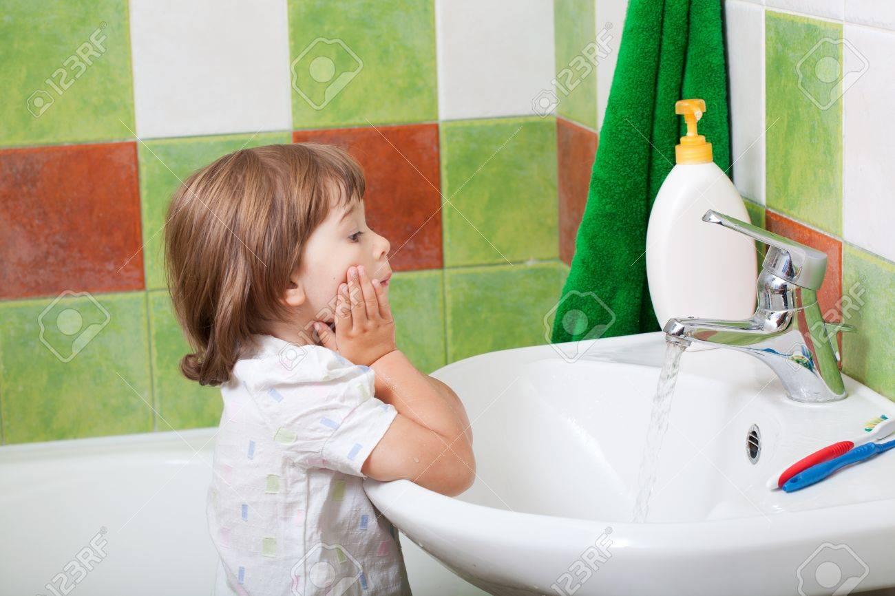Брат моется