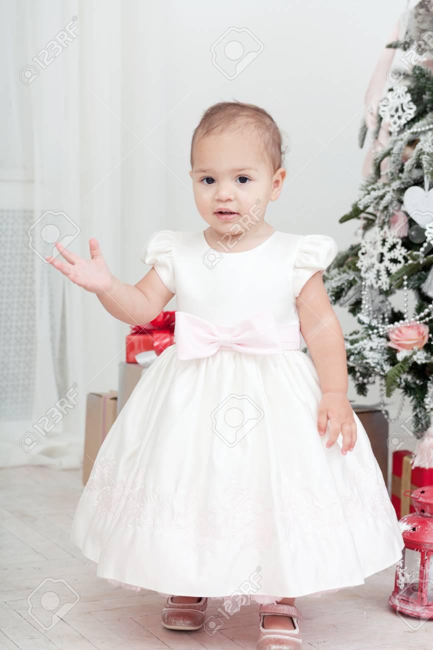 Petite Fille Dans Une Robe Blanche Debout Pres D Un Sapin De Noel Banque D Images Et Photos Libres De Droits Image 33847742
