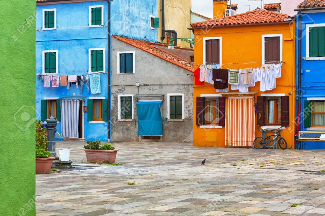 Kleurrijk geschilderde huis gevel op burano eiland provincie
