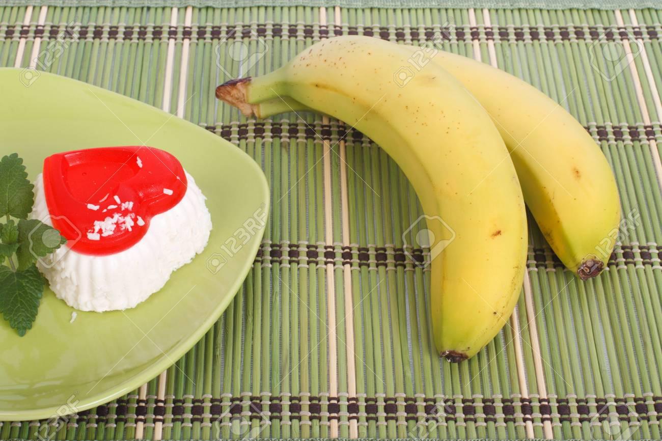 Gateau avec deux bananes